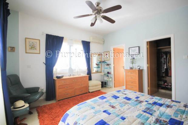 mastr bedroom with en suite and walk in wardrobe