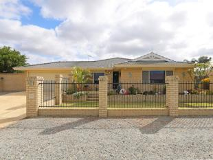 4 bedroom house in 29 Carpenteria Crescent...