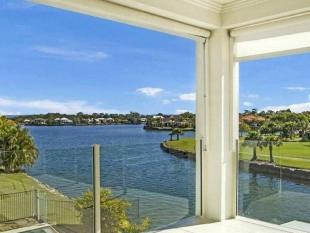 4 bed house in 2 Waterfront Court...