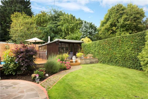 Landscape Gardening High Wycombe : Bedroom bungalow for sale in wycombe road saunderton