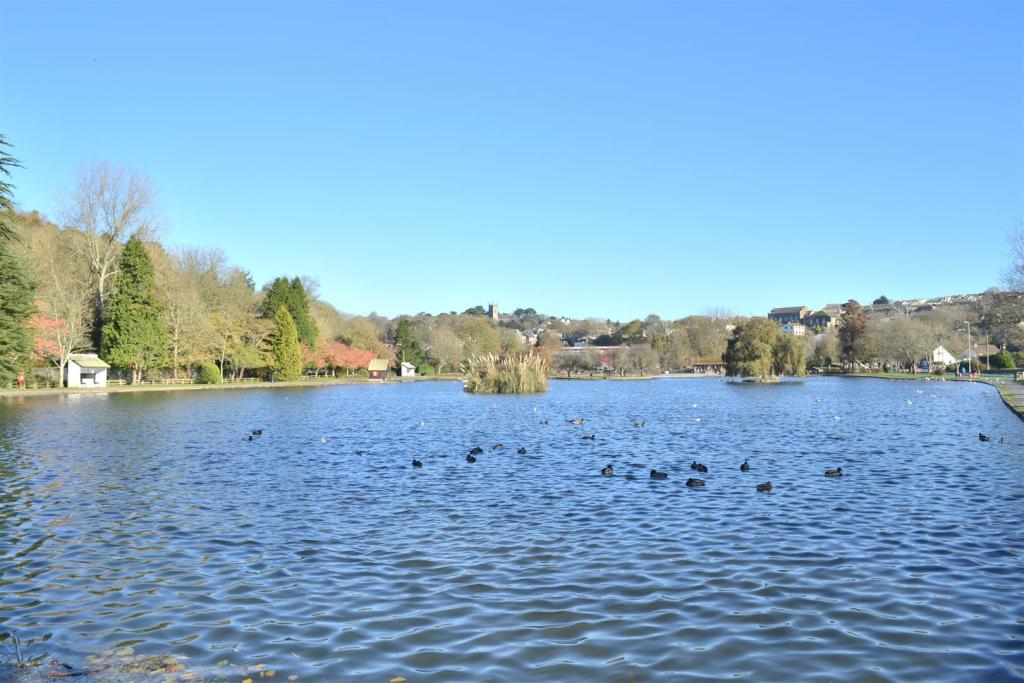 Boating Lake nearby.