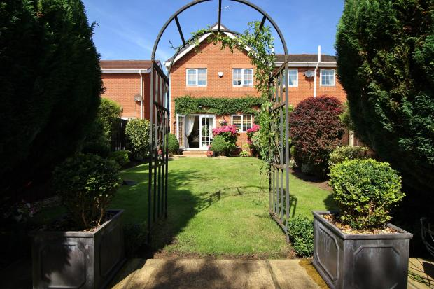 Archway to rear of garden