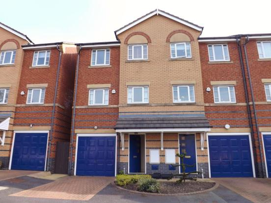 **WELL PRESENTED TOWN HOUSE**