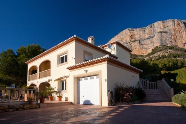 A beautiful 5 bedroom, 4 bathroom Detached Villa with stunning views and self contained apartment.