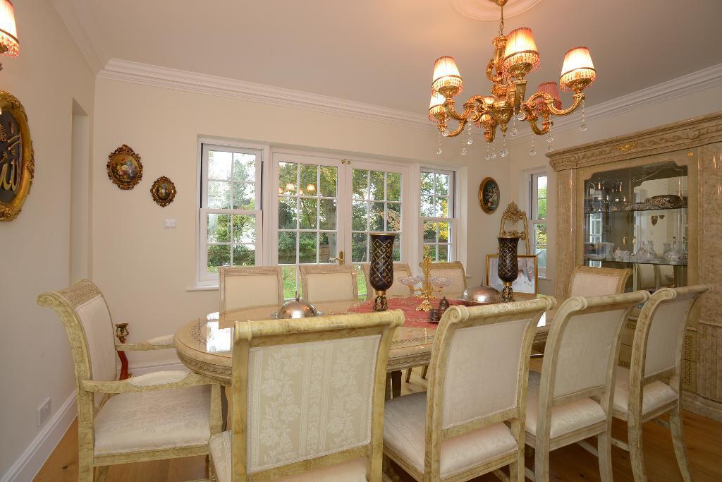 Formal dining room/reception room
