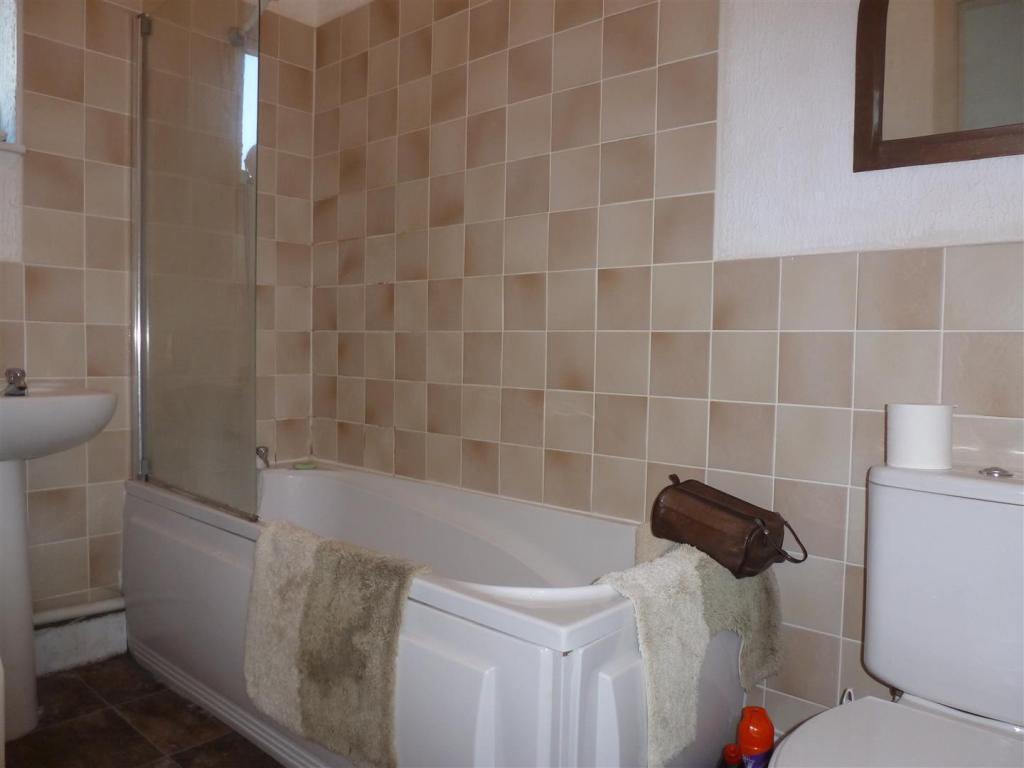 Flat 1A Bathroom.JPG