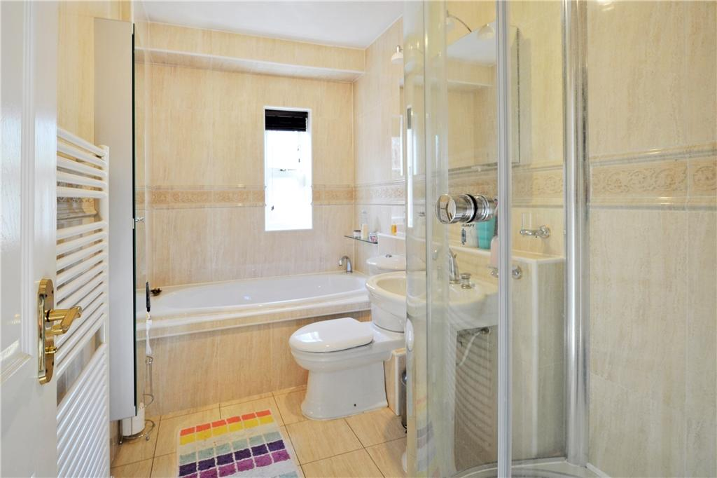 33 Heathfields Family Bathroom