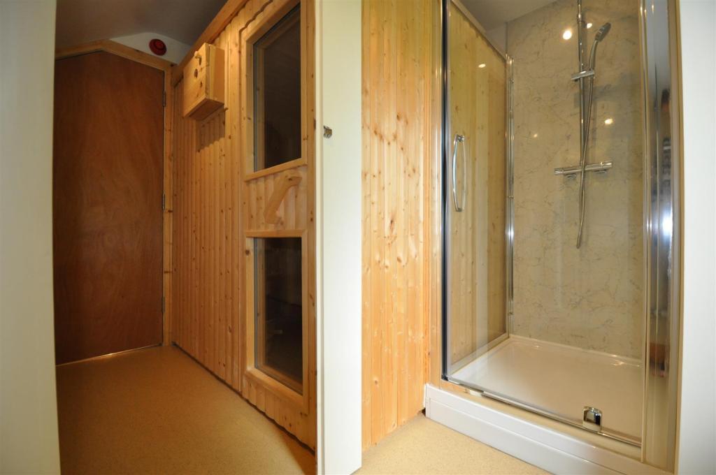 Sauna and Shower Roo