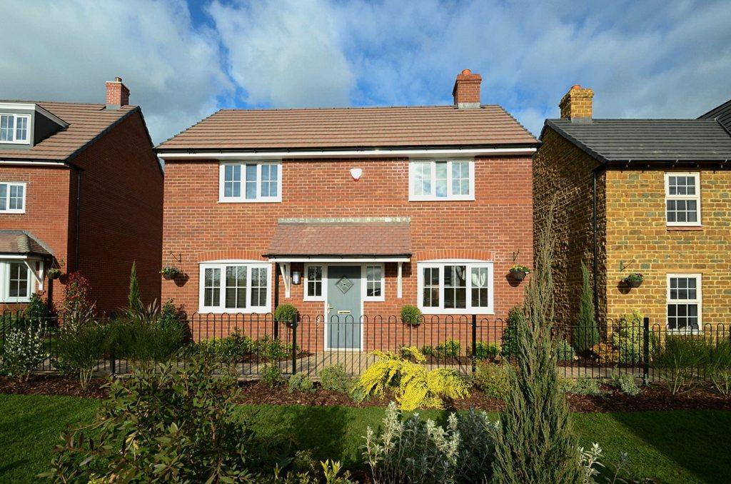 3 bedroom detached house for sale in northampton road