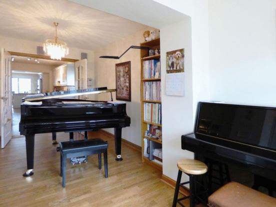 Music Room>...
