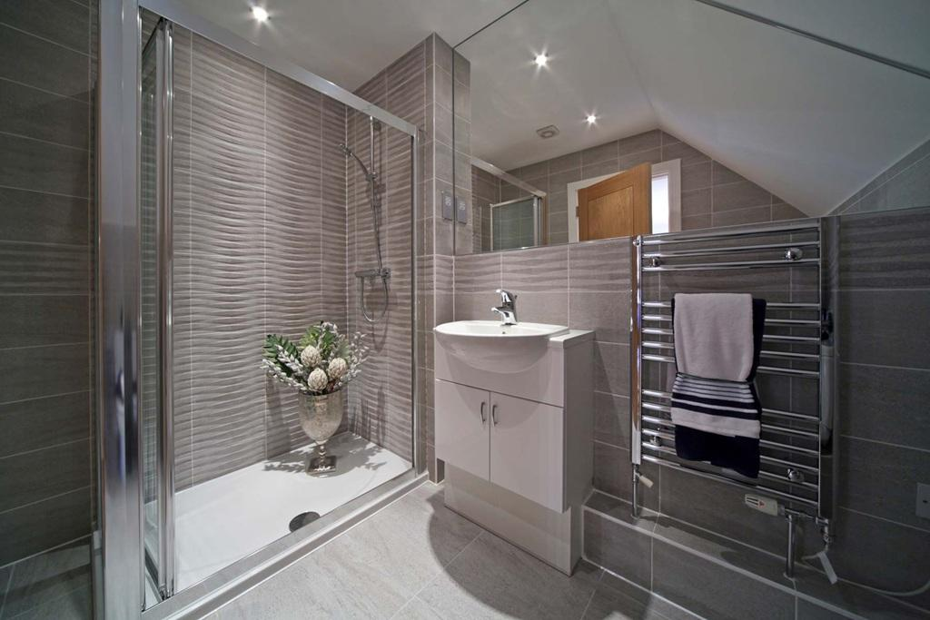 5 bedroom detached house for sale in birling road for Show home bathrooms