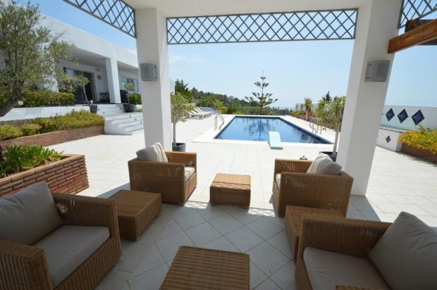 Seating area & pool.