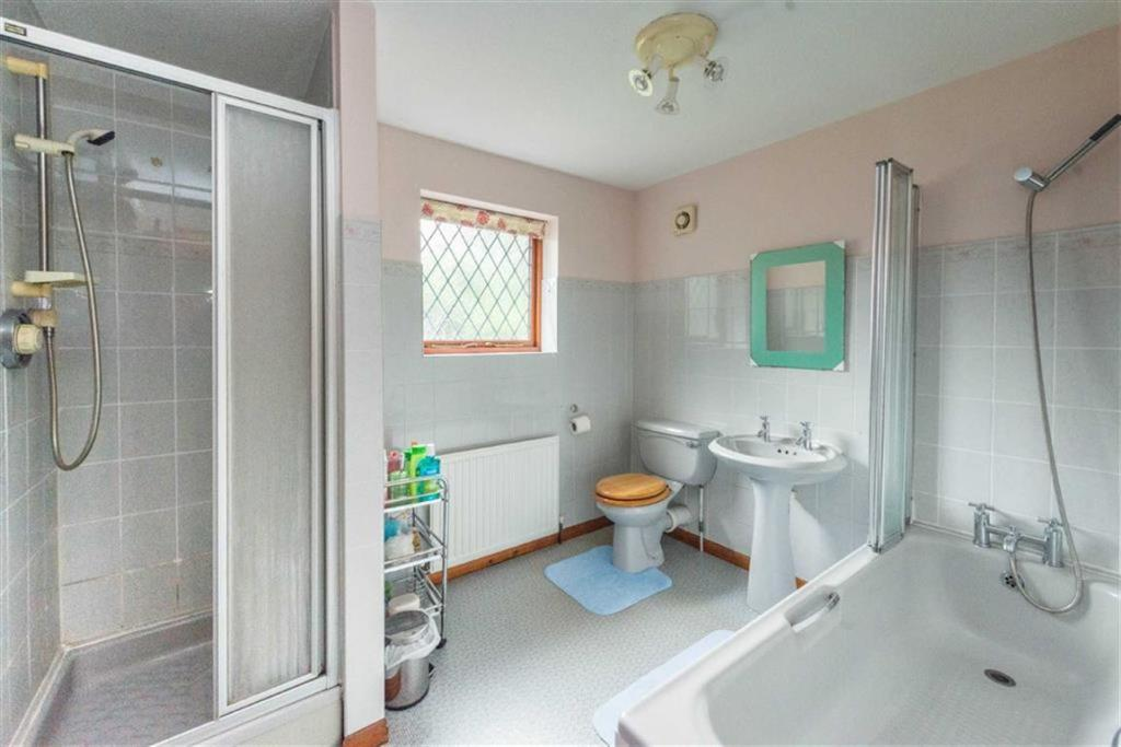 LARGE FAMILY BATHROO