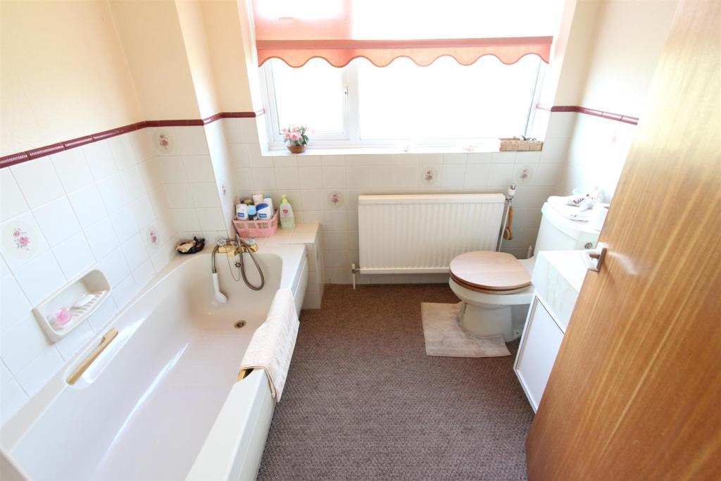 Family bathroom to r