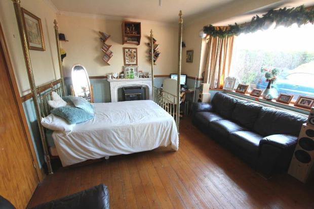 Bedroom one/sitting