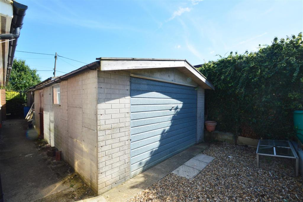 Detached garage to r