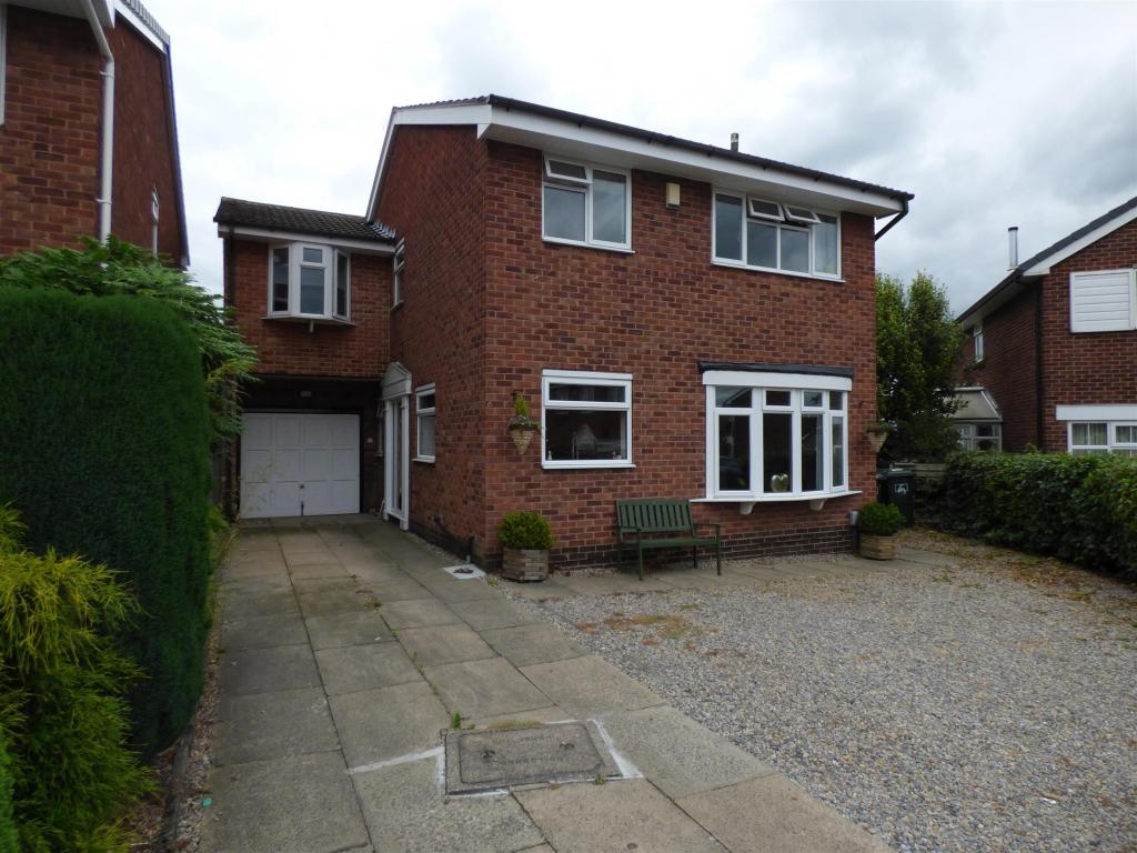 4 bedroom detached house for sale -                    Fernhurst Crescent, Mirfield, WF14 9TE
