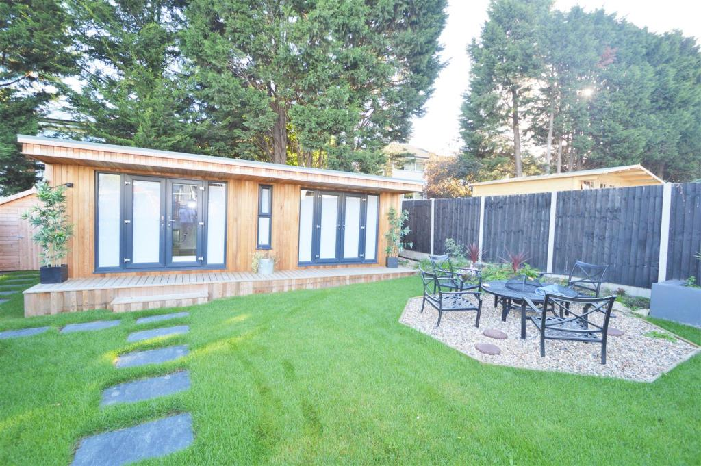 GAMES ROOM/ BAR