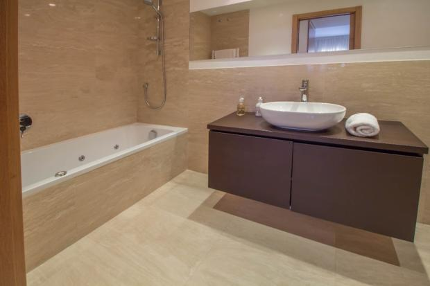 En-suite bathroom 1-