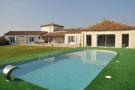 4 bedroom Villa for sale in Just outside a village...