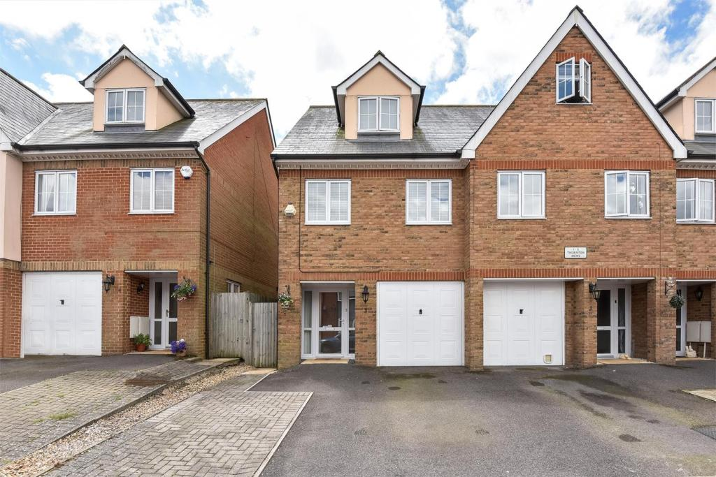 3 Bedroom Town House For Sale In Thornton Mews Cambridge Road Crowthorne Berkshire Rg45