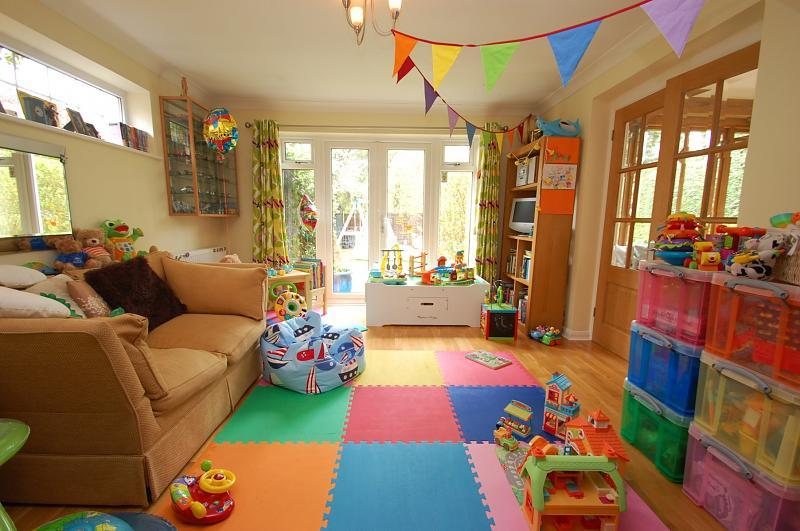 5 bedroom detached house for sale in holmlea road goring for Playroom kitchen ideas
