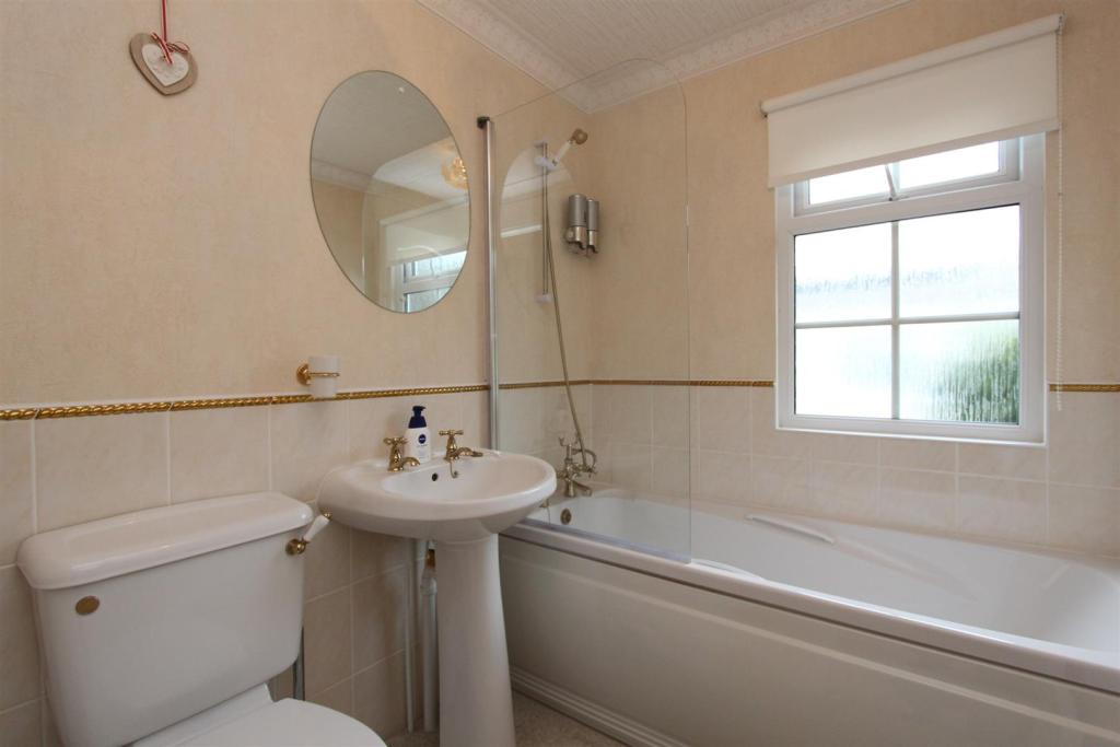 22 Woodlands bathroo
