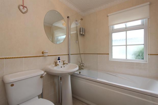 22 Woodlands bathroo