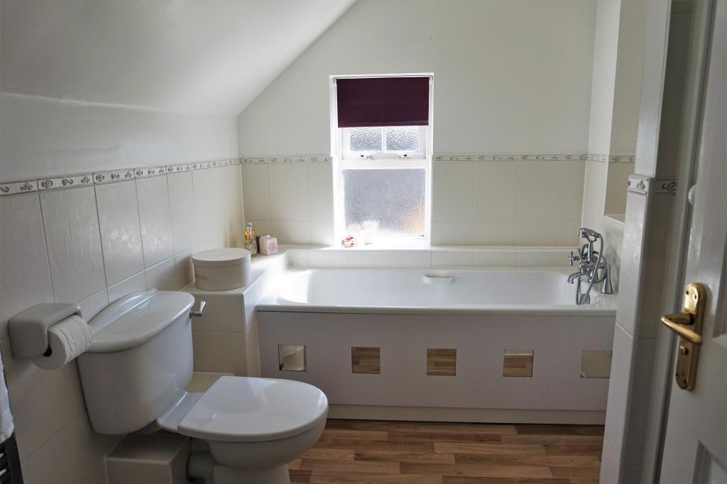 Ensuite bath & shower room