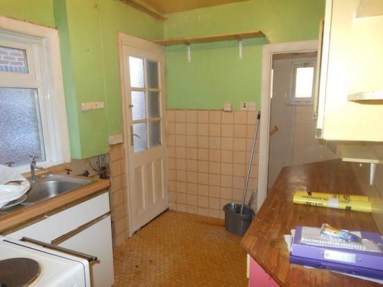 676. Kitchen (2).JPG