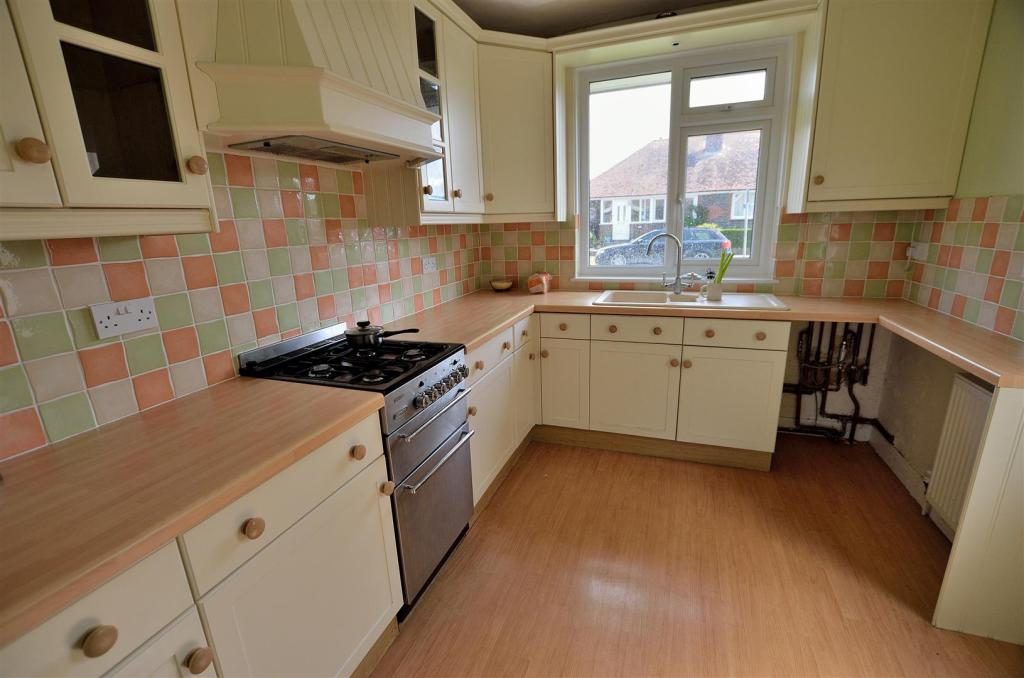 3 Bedroom Detached Bungalow For Sale In Chyngton Gardens Seaford Bn25