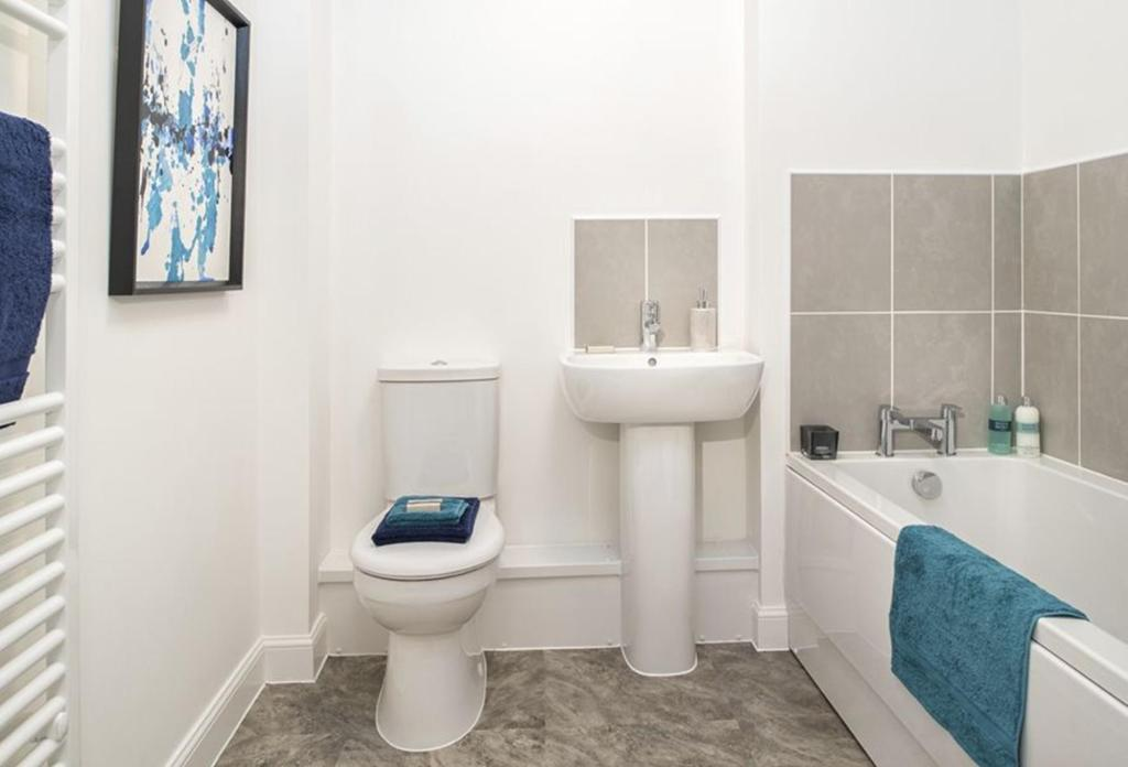 4 bedroom semi detached house for sale in rossway drive for Show home bathrooms