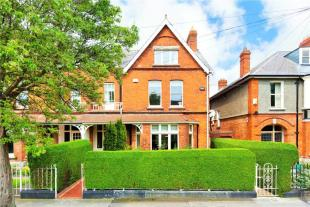 5 bedroom semi detached property for sale in 8 Ailesbury Park...