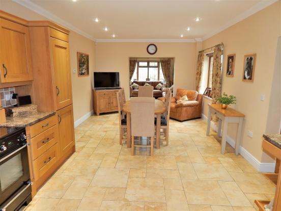 KITCHEN DINER 2.JPG