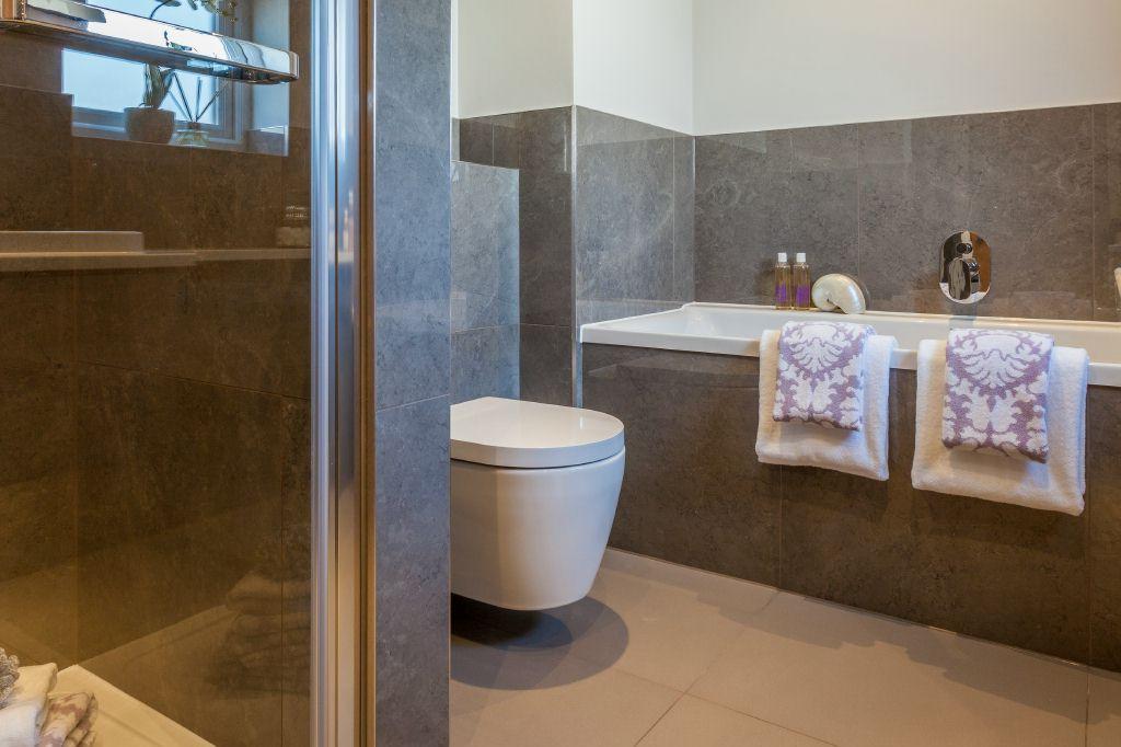 Ensuite Bathroom (view 2)