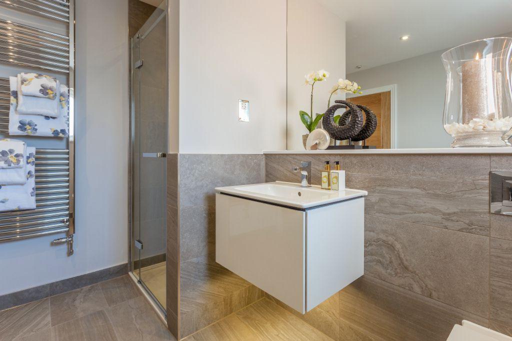 Family Bathroom (view 2)