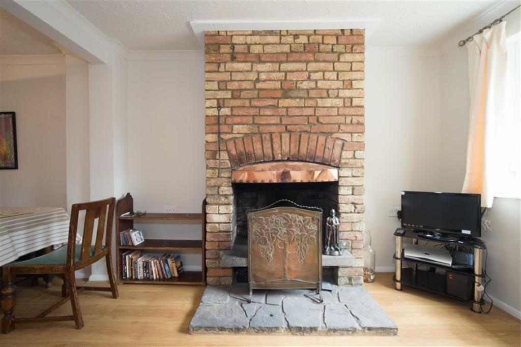 Feature brick firepl