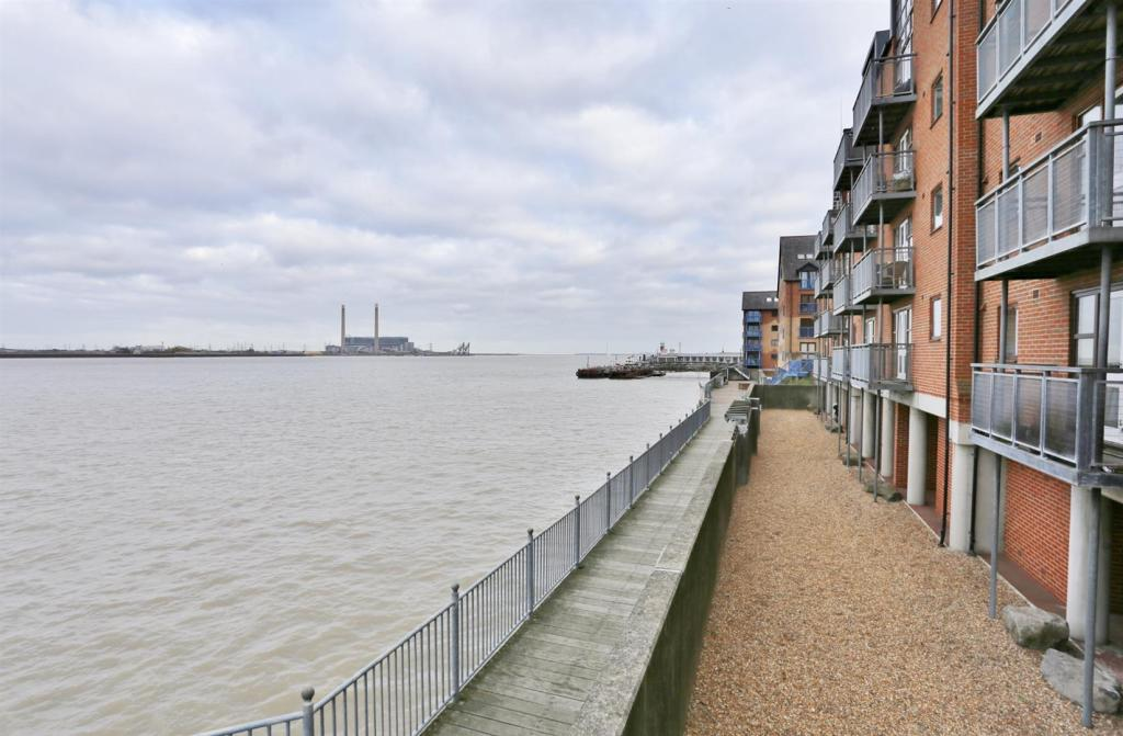 River Thames Footpat