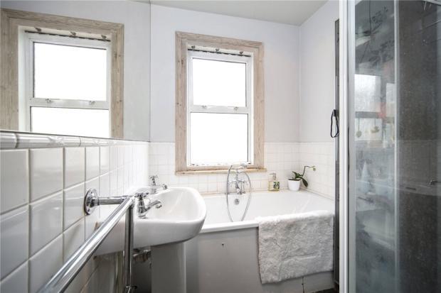 Bathroom: Nw6