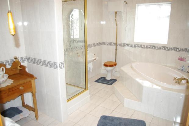 En-Suite Bathroom/Dr