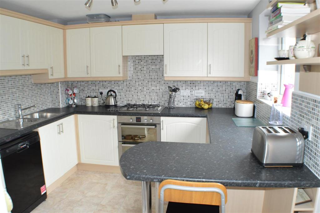 4 bedroom end of terrace house for sale in balmoral drive for Terrace kitchen diner