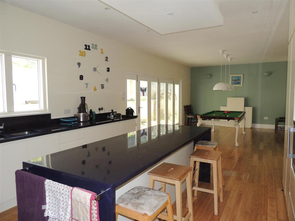 Kitchen/Dining Area: