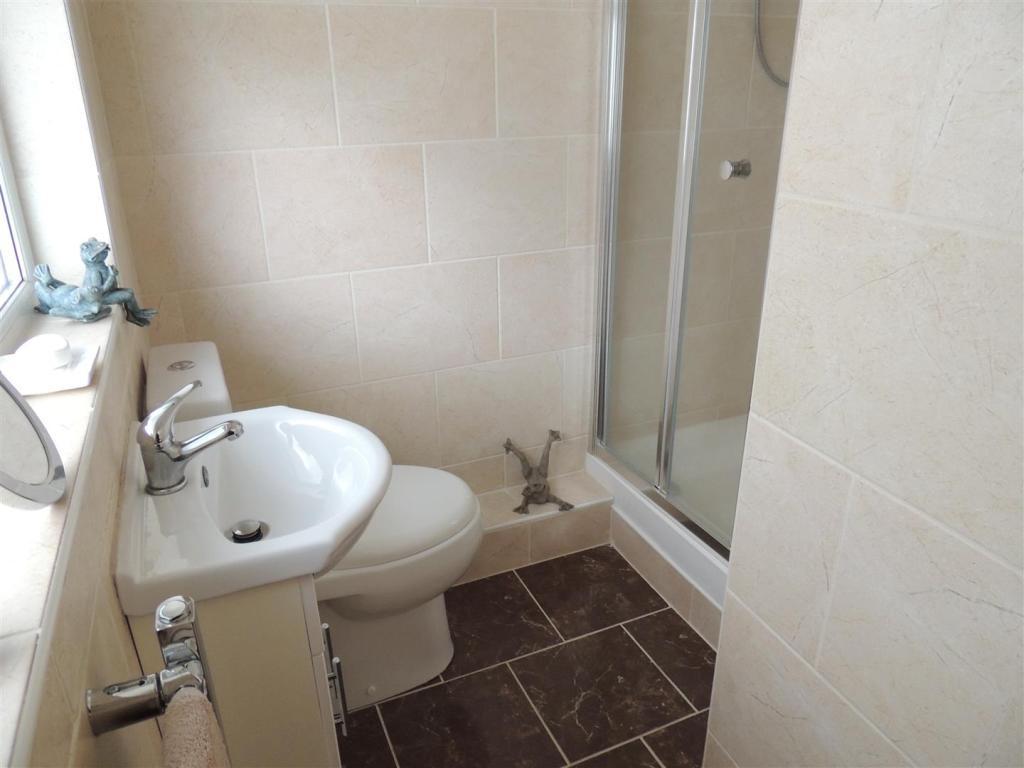 Shower En Suite: