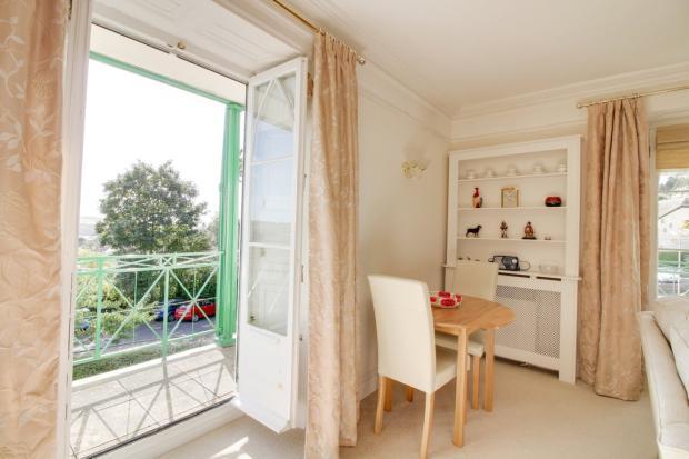 Living room/Balco...