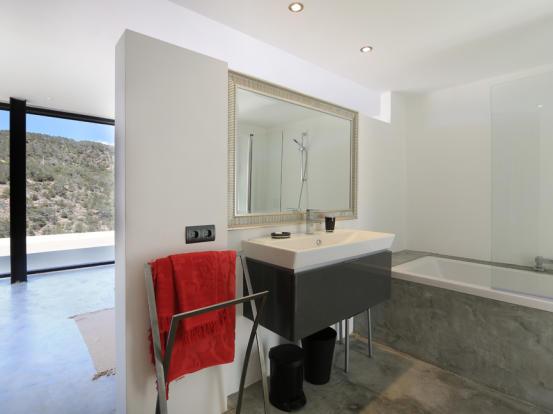 Modern and spacious bathroom