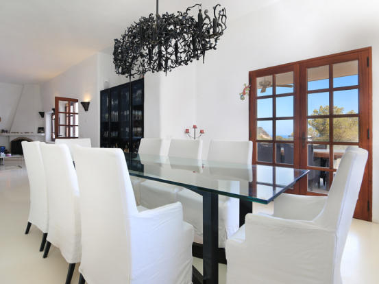 Dining area with direct access to the terrace