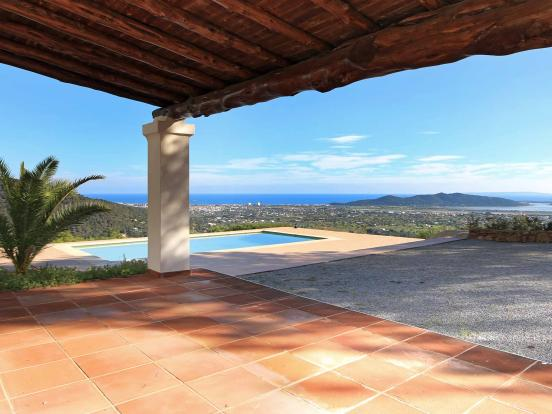 Terrace with views to the pool and the sea