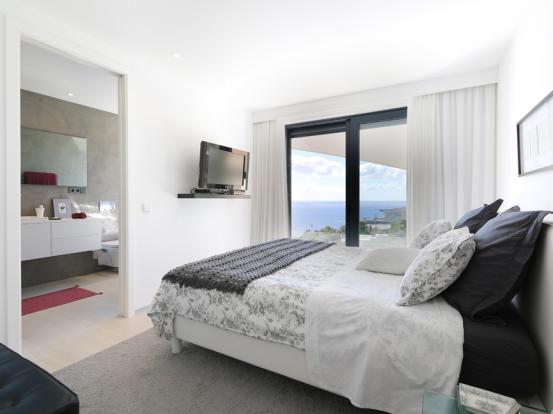 Bedroom with bathroom en suite