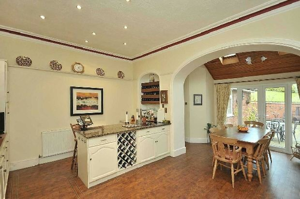 LARGE DINING KITCHEN