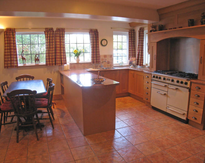 Brown kitchen diner design ideas photos inspiration for Orange and brown kitchen decor